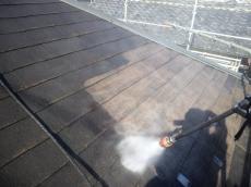 高圧洗浄で汚れを落とします。塗膜の密着が弱くなってましたので素地まで高圧で剥離しました。