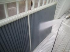 雨戸は取り外して裏側もていねいに洗います。