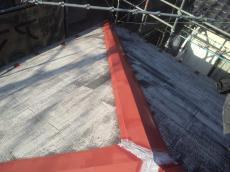 棟板金のサビ止め後です。防水シーリングはシリコンコーキングの下地処理を行ってから打ち替えます。