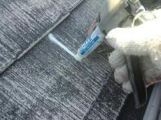 亀裂は注入材で補修します。分裂している屋根材は必ず縁切りを意識して補修します。