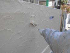 塀の上塗り中です。塀は湿気の影響が強いので、外壁の塗料は基本NGです。塀の塗装は違う物をチョイスしています。