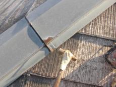 棟板金の釘打ち作業です。抜け出ている釘を打ち直しても、また同じように抜けるので、ひとまわり大きな釘に取り替えます。