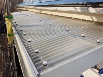 バルコニーの波板屋根は塩ビから、耐久性の高いポリカーボネート製に取り替えました。
