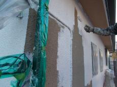 下塗りはフィラーをたっぷりとピンホールを塞ぐように圧着塗りを施します。