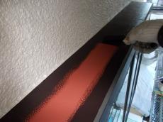 出窓屋根の部分の中塗りです。耐久性能が長く続く様に希釈を抑えて厚塗りしております。