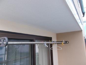 ベランダの天井は反射で明るい白系の塗装をしました。