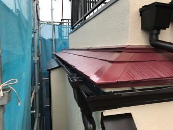屋根の軒先水切りや雨樋裏の外壁もしっかり3回塗りをして耐久性を持たせます。見えない部分も手を抜きません。