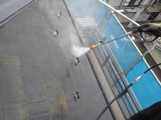 屋根に繁殖した藻や苔はとても頑固なので、トルネードノズルに交換して高圧洗浄をしていきます。