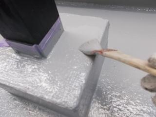 屋上へ上がる階段の柱元コンクリートはヒビ割れや欠損が強かったので、ウレタン塗膜防水で保護しました。