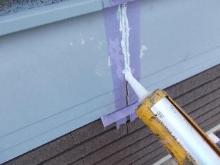 屋根の雨押えを止めている釘は、抜け出ていたので、一回り大きい釘に取り替えております。