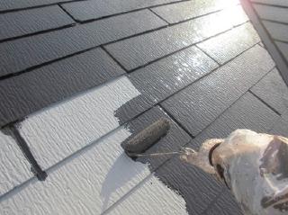 屋根上塗りの1回目です。塗料の吸い込みが無く1回塗りで仕上がった様な塗膜になりました。