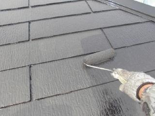 屋根上塗りの2回目です。耐久性と遮熱性向上の為、しっかり厚く塗り上げます。