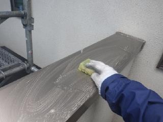 アルミ製のコーピング笠木などは高圧洗浄だけでは汚れが落ちないので中性洗剤で擦り洗いをしました。