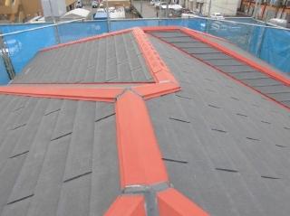 棟包み鉄板の釘打ち後、屋根用のサビ止め、ジョイントシーリングは打ち替えをしました。