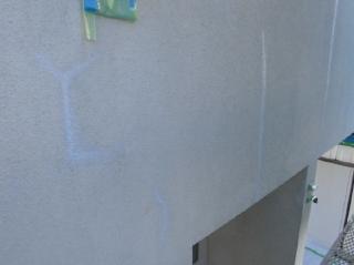 外壁の亀裂補修後です。補修箇所が目立たなくなるように工夫してます。