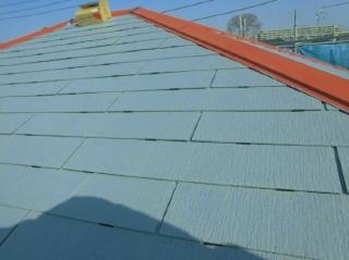 遮熱塗装仕上げなので、下塗り材も赤外線を反射するタイプを使いました。雨水を排出する縁切り部材タスペーサーもしっかり取り付けました。