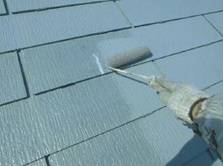 下塗りの吸込み量が多い為、下塗り材を2度塗りしました。これで上塗り塗料の吸い込みは無くなり塗膜に厚みが出ます。