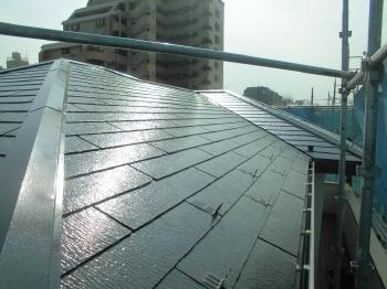 ハイグレードな屋根用シリコン樹脂を下塗り2回・上塗り2回合計4回塗りしました。耐久性能と遮熱性能が向上したと思います。塗膜は滑らかになったので汚れも付きにくい良い仕上がりになりました。