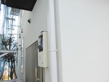 竪樋は外壁色より若干明るめの白に近い色にしました。艶消しの外壁は落ち着いた雰囲気になっております。