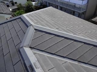 屋根のスレートは全体的にチョーキングして防水性能が低下しており、北面は藻が発生しておりました。