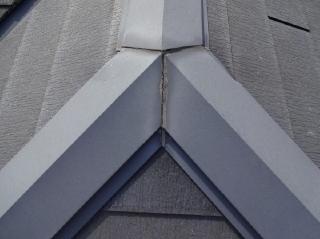 棟包み鉄板のジョイントシーリング部分のコーキング材は劣化して亀裂があり、浸水している様でした。