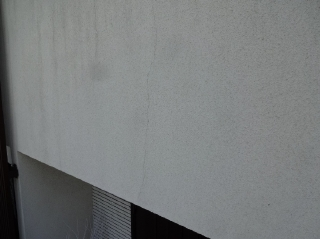外壁は防水性能が低下してカビや藻が発生、ヒビ割れも目立ってきました。
