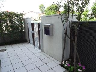 玄関まわりの土間タイルは有機汚染しているので専用の洗浄剤で洗います。