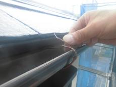 まずは屋根の下塗りを行ないます。温度が下がる遮熱塗装用の専用下塗り材です。