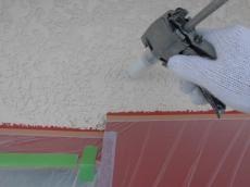 外壁の補修をします。弾性エポキシ樹脂亀裂補修材の注入工法で補修箇所が目立たないよう工夫をしています。