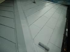 下塗りの吸い込みが多い箇所がある為、下塗り材を2回塗って吸い込みを完全に止めます。