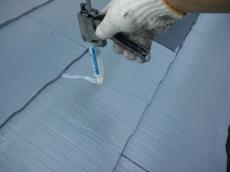 ヒビ割れは亀裂補修材で施します。コーキング材では膨れを起こす為、エポキシ系注入材を使ってます。