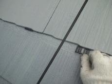 雨水を排出して雨漏りを防止するタスペーサーの取付けです。屋根1枚に対して2個挿入します。