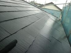 上塗りの様子です。塗膜に厚みを付け2回塗装します。この屋根は合計4回塗り仕上げになりました。