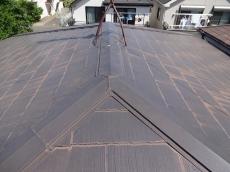 屋根はチョーキング(白亜化)が進み、一部塗膜が剥がれているのがうかがえます。