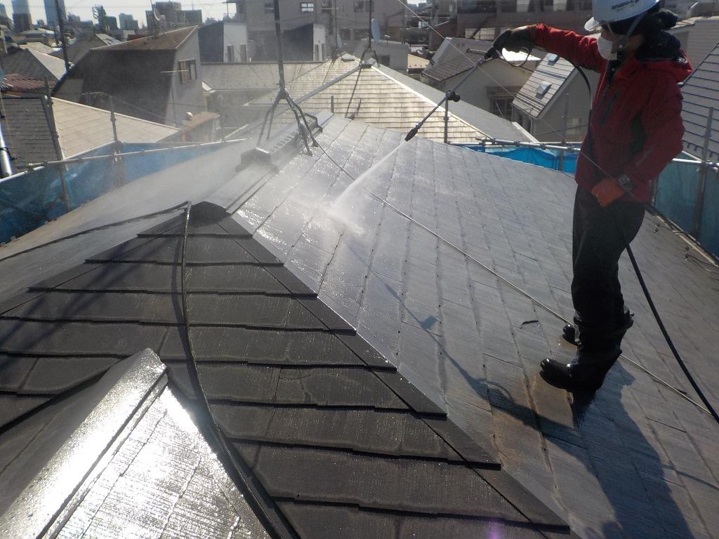 雨風の影響を受け、コケや藻などが発生している屋根は、トルネードノズルに交換して高圧洗浄をしていきます。