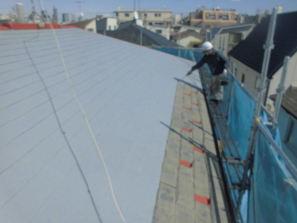 外壁同様、屋根も下塗り作業を行っていきます。