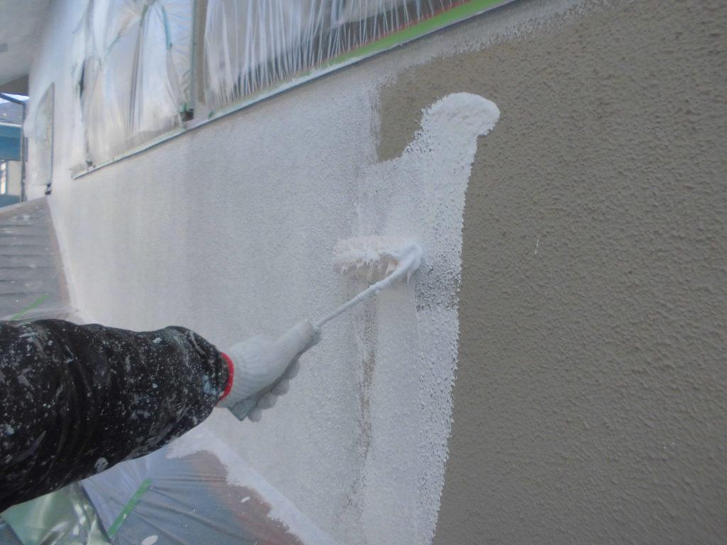 ここからは塗装工程に移っていきます。まずは外壁下塗りを行います。