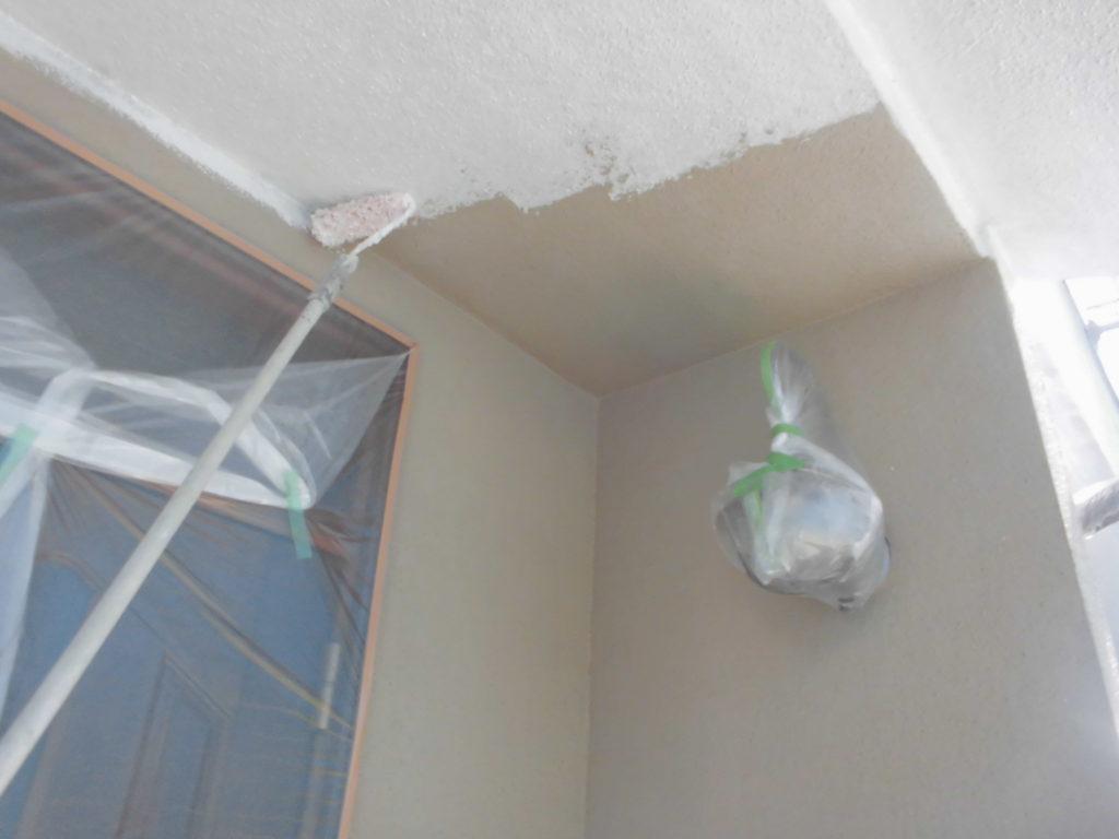 軒天なども手塗でていねいに下塗りを行いました。