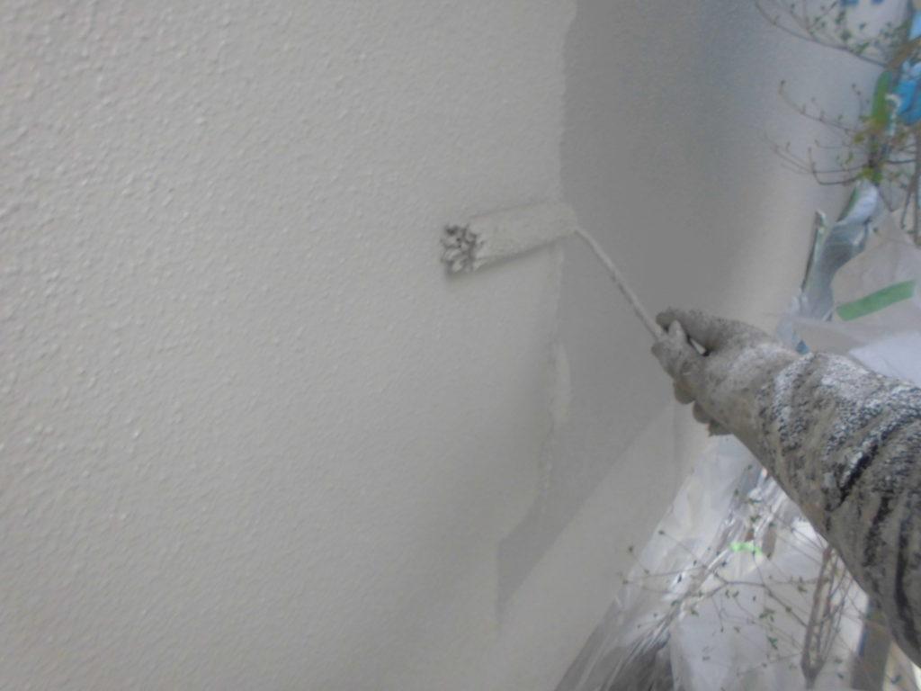 上塗りは中塗り塗料の色味を敢えて変えることで、塗り残しがなく分かりやすい作業を行えます。