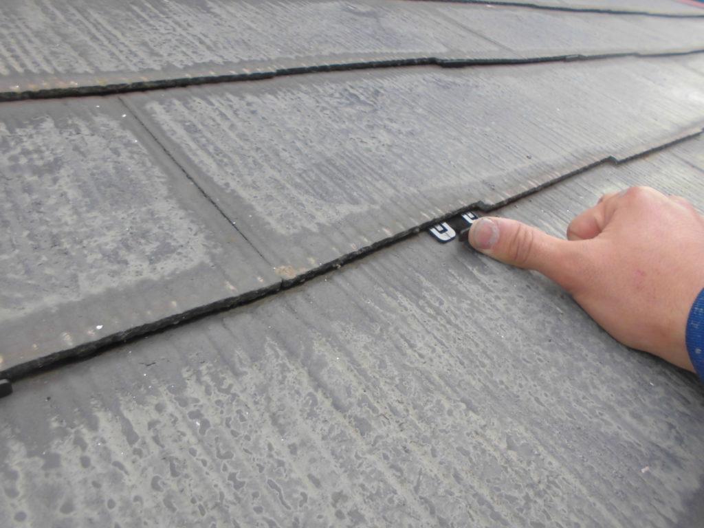 下塗り後にはスレート瓦の重ね目に挿し込んで隙間を確保し雨漏りを防止する「タスペーサー」と呼ばれる縁切り部材を挿し込みます。