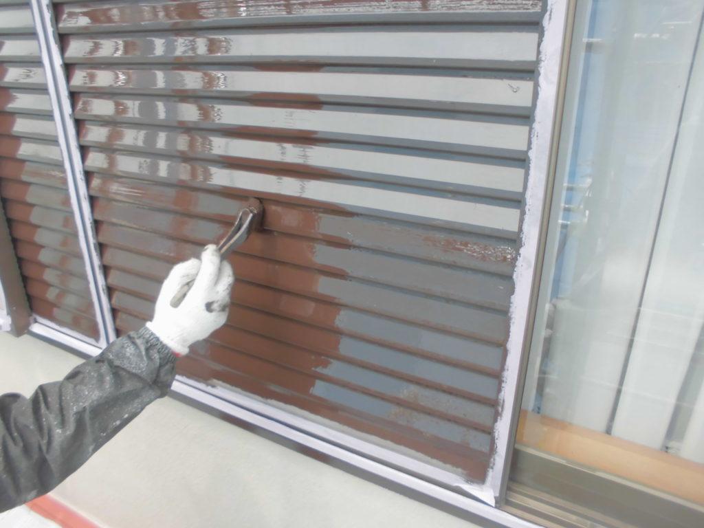 付帯部の塗装もぬかりなく行います。雨戸はケレン掛けを行い塗料の付着を良くしたうえでひと塗りひと塗りていねいに塗っていきます。