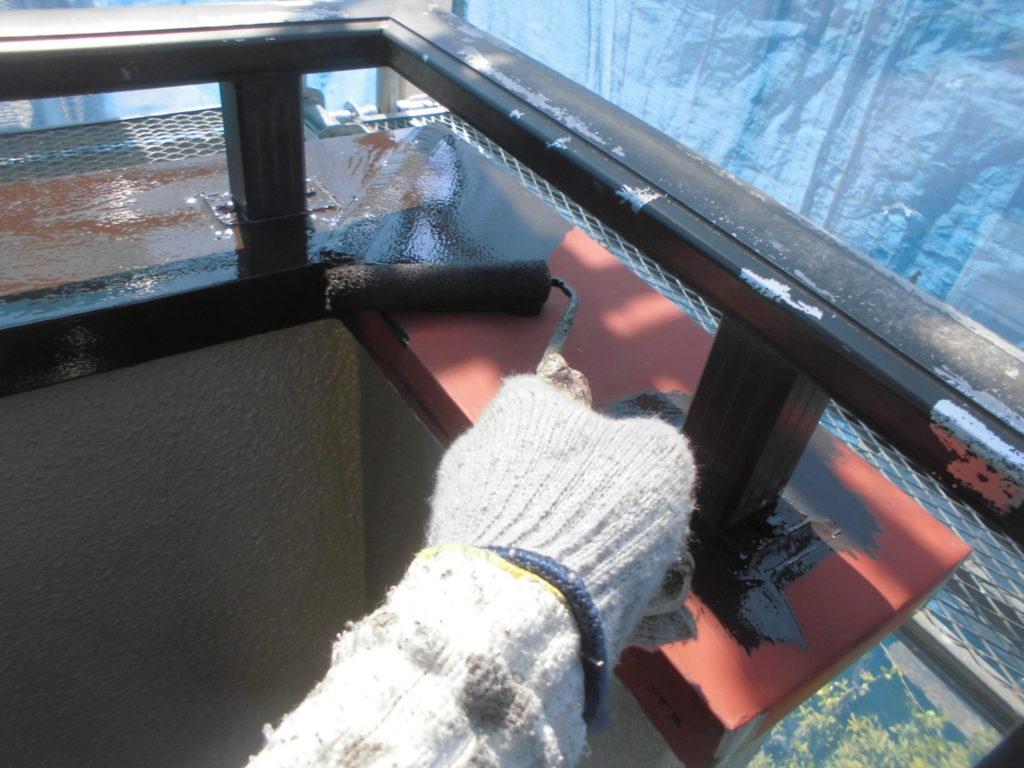 塗装剥がれが顕著だったベランダ鉄部にもサビ止めを塗布したのちに塗り替えを行います。
