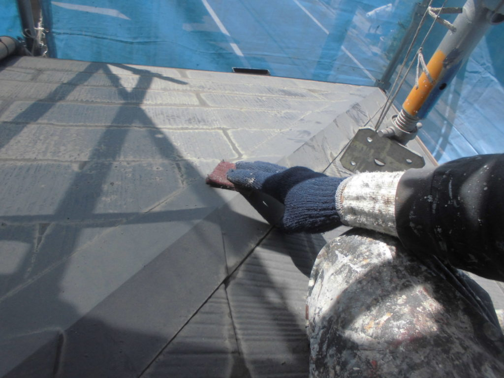 屋根の棟板金部分にはサビ止めを塗布していくため、素地調整の役割を果たすケレン掛けを行います。
