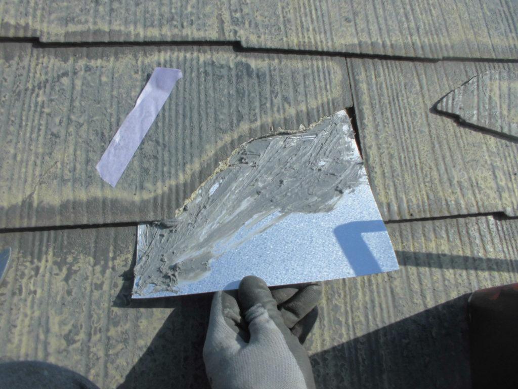 スレート瓦は経年劣化により割れが起きていましたので、塗装前に修復を行います。