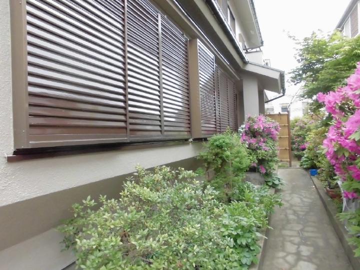 外壁はもちろん、雨戸もこの通り美しく塗装がされております。