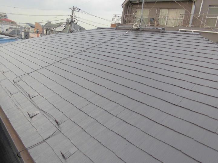 屋根はアステックペイントの遮熱塗料「スーパーシャネツサーモSi」で塗り替えを行っています。屋根の割れをていねいに補修したうえで塗装することで、長期間安心な屋根へリフォームが完了しました。