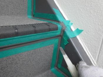 廊下と階段は防滑効果の高い塩ビシートで施工を行います。