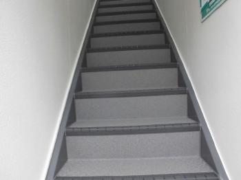 塩ビシートへ貼り替えることで見栄えもよく安心な階段にリフォームされました。