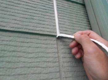 次に、外壁の既存シーリングを撤去していきます。