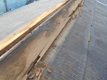 屋根の既存棟板金は劣化がひどい状態でしたので、撤去し新設していきます。